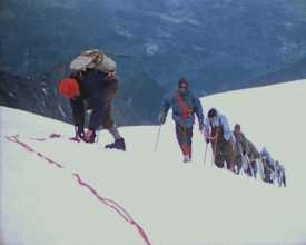 5 alpinistes soviétiques dans les Alpes